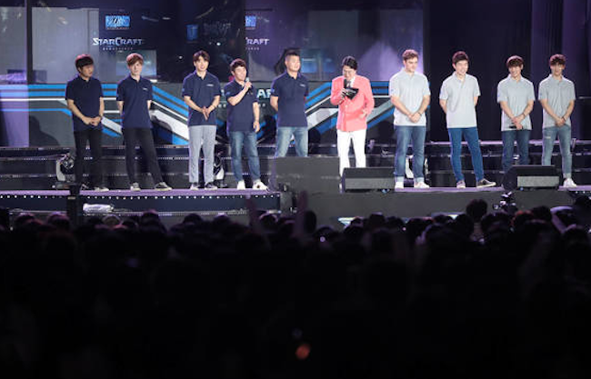 Compared to last year's average annual earnings of 64 million won, this year's professionals on average took home 97.7 million won, a 52.5 percent leap in one year. (Image: Yonhap)