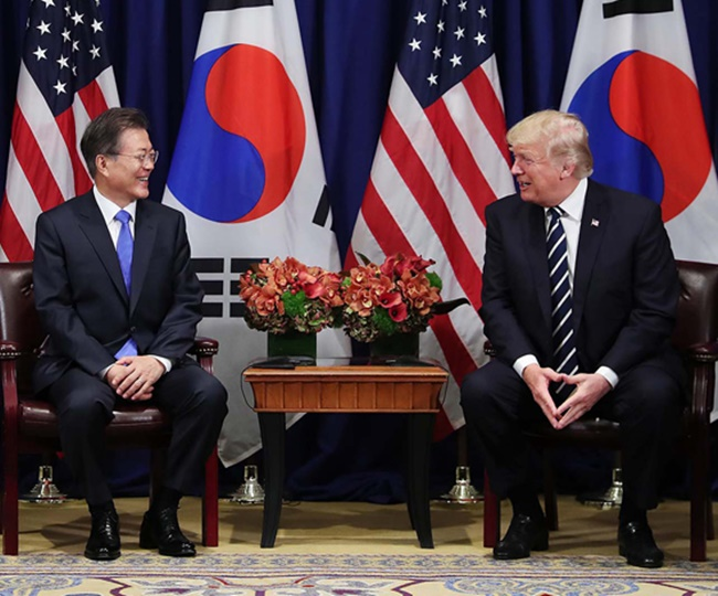 This photo shows South Korean President Moon Jae-in (L) and U.S. President Donald Trump at a summit meeting in New York on Sept. 21, 2017. (Yonhap)