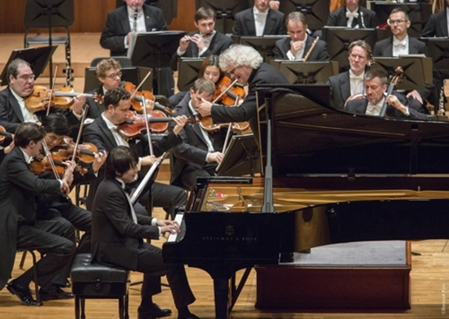 According to reports, the Berlin-based orchestra had to stop its performance for a short period of time, along with pianist Jo Seong-jin, when noises began echoing around the concert hall soon after a rendition of the first movement of Ravel's piano concerto ended. (Image: Kumho Asiana Cultural Foundation)