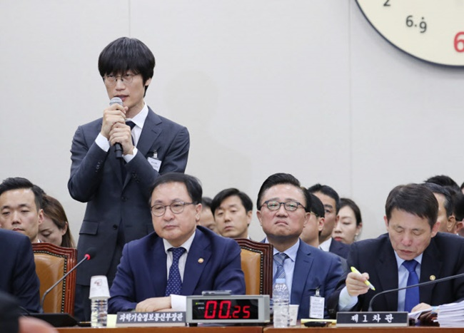 Naver founder Lee Hae-jin launched a scathing attack on Google during a recent parliamentary inspection, where he said Google doesn't even pay taxes and makes little to no contribution to job creation in South Korea. (Image: Yonhap)