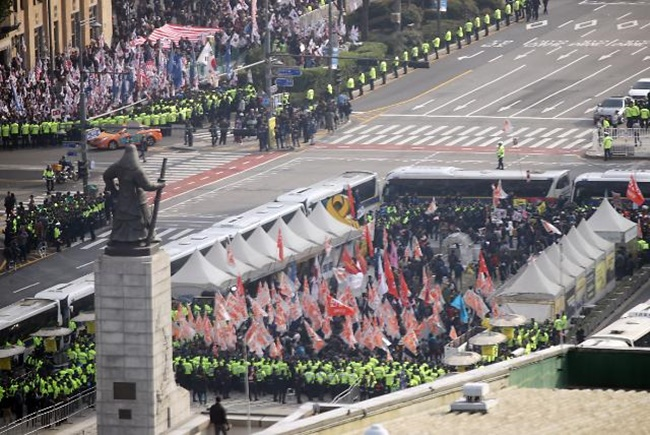 Rival Protesters Clash Ahead of Trump's Parliament Address