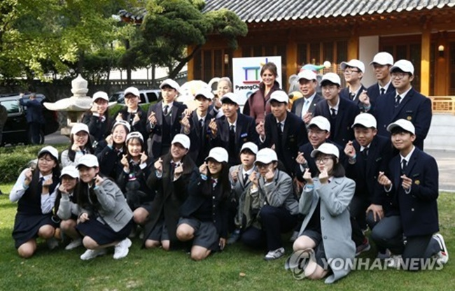 U.S. First Lady Melania Trump spent time with Korean students on Tuesday at a sports event organized by the U.S. Embassy in Korea to promote physical activity among young girls. (Image: Yonhap)