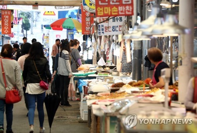 The index gauging consumer satisfaction rose 12.8 points from 63.8 in 2015 to 76.6 this year, according to the survey by the Korea Consumer Agency (KCA). The poll was conducted on 5,000 South Koreans aged 20 or older nationwide from July 26 to Aug. 22, with a margin of error of plus or minus 1.39 percentage points. (Image: Yonhap)