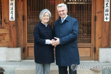 S. Korea's Foreign Minister Asks for UNHCR Efforts to Help N.K. Defectors