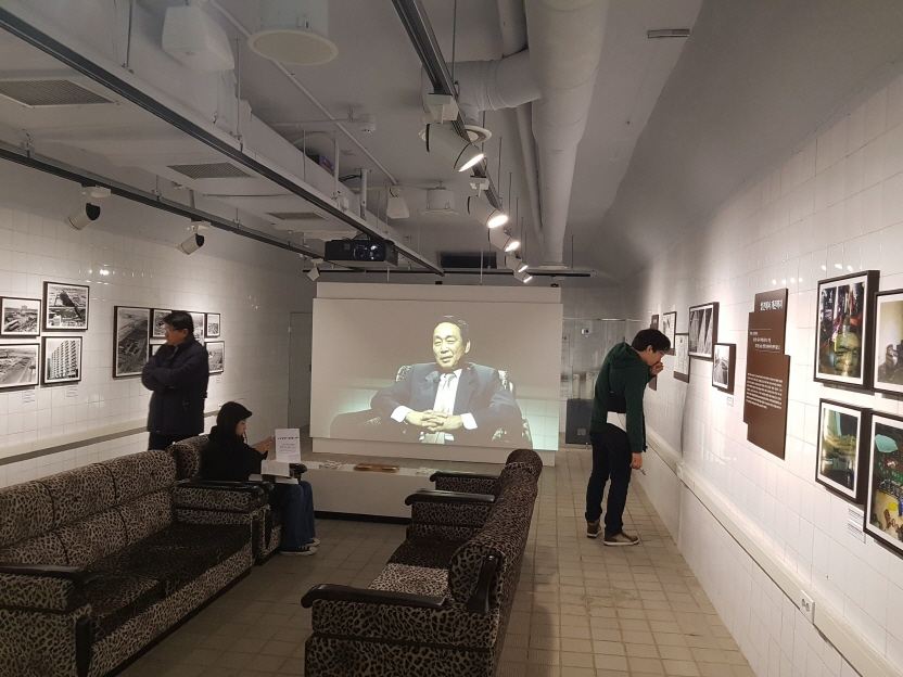 Visitors view what is believed to be a VIP room, possibly built for the late former President Park Chung-hee, at an underground bunker that has been turned into an art gallery in Seoul, South Korea on Nov. 21, 2017. (image: Yonhap)