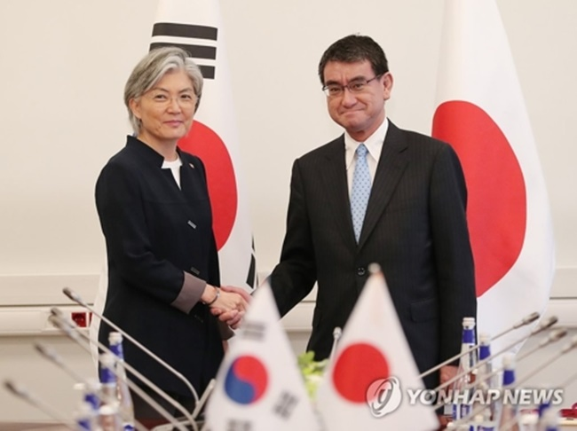 """In the 20-minute conversation that began at 4:40 p.m., South Korean Foreign Minister Kang Kyung-wha expressed """"deep concern"""" over the North's resumption of provocations despite repeated warnings from the international community. (Image: Yonhap)"""