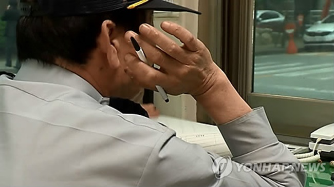 More than 10,000 security guards are at risk of losing their job after the new minimum wage hike takes effect in less than two months, a new study has revealed. (Image: Yonhap)