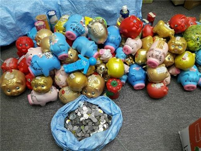 Donor Gives 50 Million Won Worth of Piggy Banks to Foundation