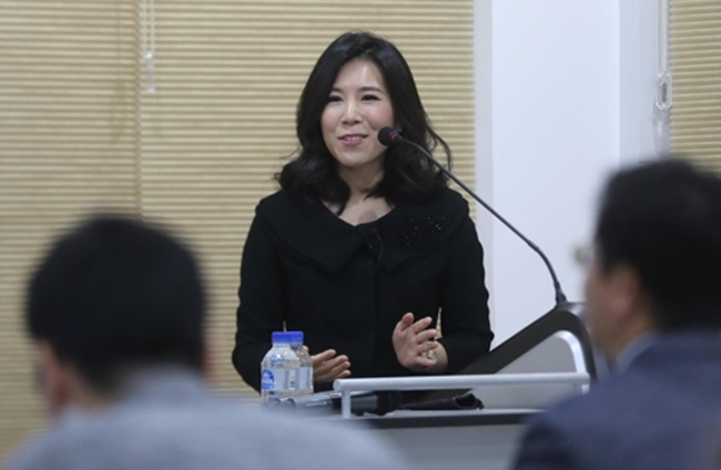 Professor Cha Mi-young, who teaches computing at the Korea Advanced Institute of Science & Technology (KAIST), said big-data efforts to quickly discover and prevent fake news from spreading are more important than ever in the age of automated journalism. (Image: Yonhap)