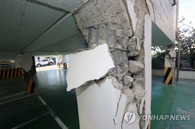 Piloti-type buildings, despite being among the most vulnerable to earthquakes, began gaining popularity around 2002 when stricter parking rules in residential areas were introduced, as buildings supported by pillars often use the space on the first floor as a parking lot. (Image: Yonhap)