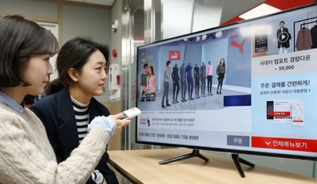 The bold move by the television-based South Korean e-commerce channel service will begin on Monday on olleh tv, where a small screen showcasing another product will appear next to the main program. (Image: Shinsegae TV Shopping)