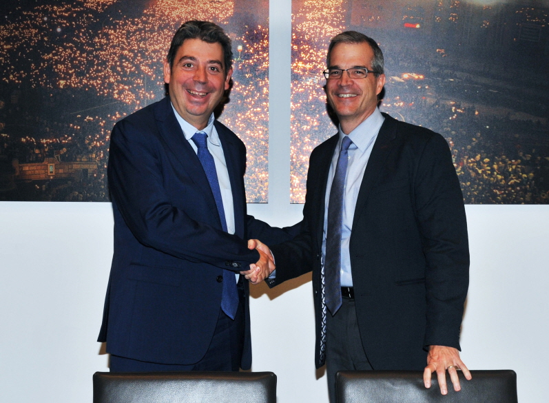 Fluidra Executive President Eloi Planes(L) and Zodiac Pool Solutions CEO Bruce Brooks(R) shake hands in Sabadell, Spain during a recent meeting. (image: Zodiac Pool Systems)
