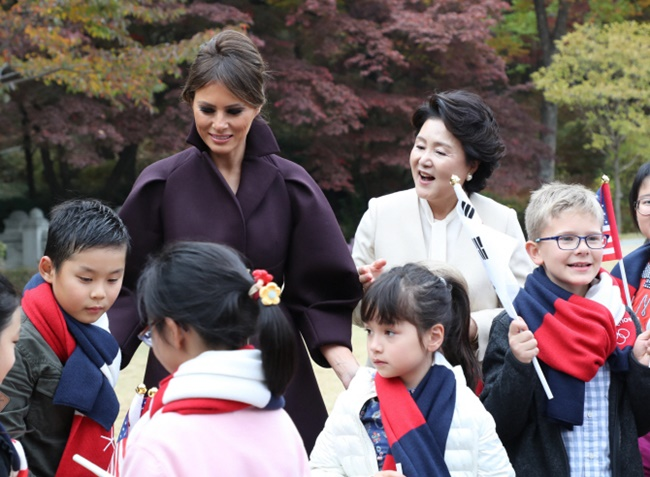 "As a show of gratitude, the first ladies gave scarves to the children consisting of white, red, and blue, three colors that are found on both the South Korean and the American flag, while the children presented a painting of the U.S. president and his wife, to which Trump said, 'Thank you,"" many times. (Image: Yonhap)"