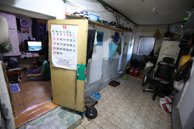 The Songpa District office announced plans on Monday to provide daylight devices for low-income households living in semi-basement apartments. (Image: Yonhap)