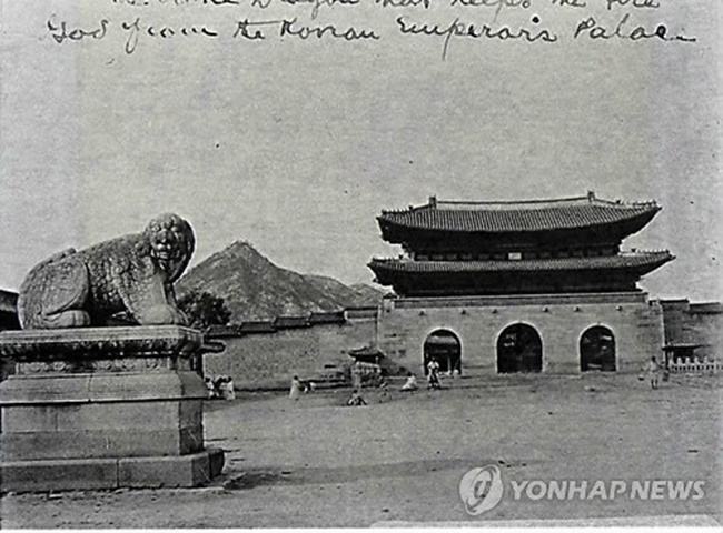 While infrastructure ministry officials believe it's too early to know whether Seoul's latest urban project will go forward as proposed, historical restoration experts have been arguing for months for the restoration of the old Haetae sculptures on the edge of what is now Gwanghwamun Plaza. (Image: Yonhap)