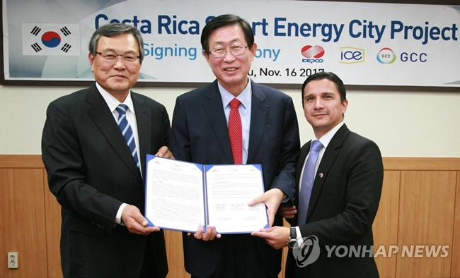 Officials from KEPCO and ICE, a Costa Rican government-run electricity and telecommunications services provider, met earlier this month to sign a letter of intent at the KAIST Global Commercialization Center in Seoul, according to KEPCO on Tuesday. (Image: Yonhap)