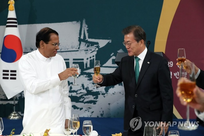 The Blue House welcomed Sri Lankan President Maithripala Sirisena, who is on a state visit to South Korea, with a vegetarian state dinner on Wednesday, catering to the Southeast Asian leader's Buddhist beliefs. (Image: Chung Wa Dae)