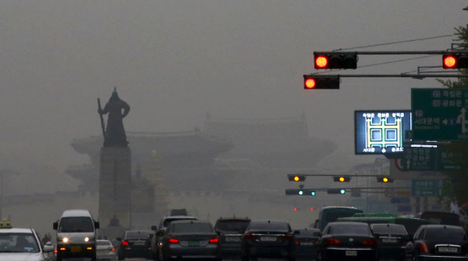 Experts attribute people's belief that the meteorological phenomenon is getting worse, despite the decline of the annual average density, to the increase of high-density fine dust. (Image: Yonhap)