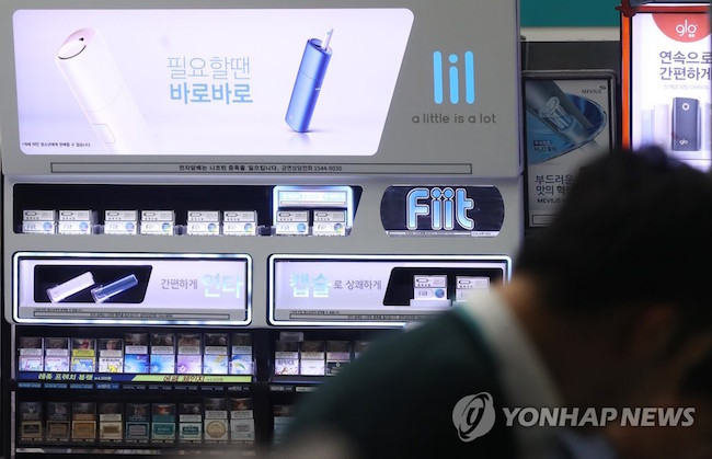 "KT&G has exhausted its 10,000-unit supply of its HNB e-cigarette ""Lil"" within two days, according to the South Korean tobacco firm. (Image: Yonhap)"