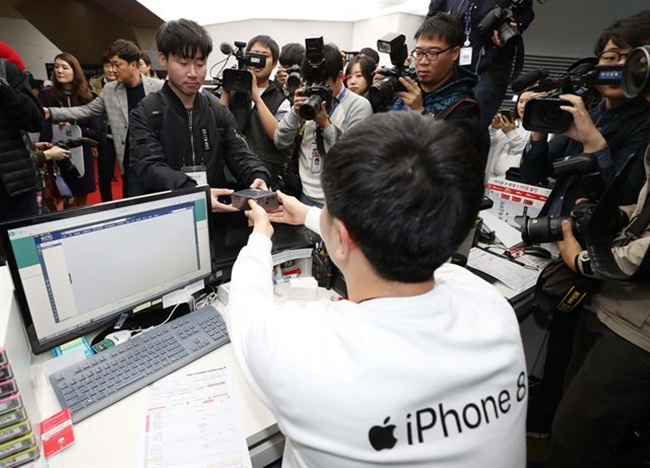 Apple is facing criticism in Korea after the smartphone giant unveiled the price of the iPhone X, which is over 200,000 won more expensive than in the U.S. and Japan. (Image: Yonhap)