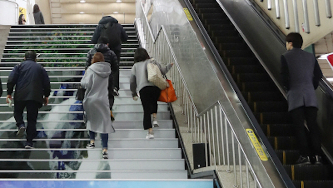 On November 17, Seoul announced that it will convert a number of upward escalators at the exits of subway stations to head downwards. (Image: Yonhap)