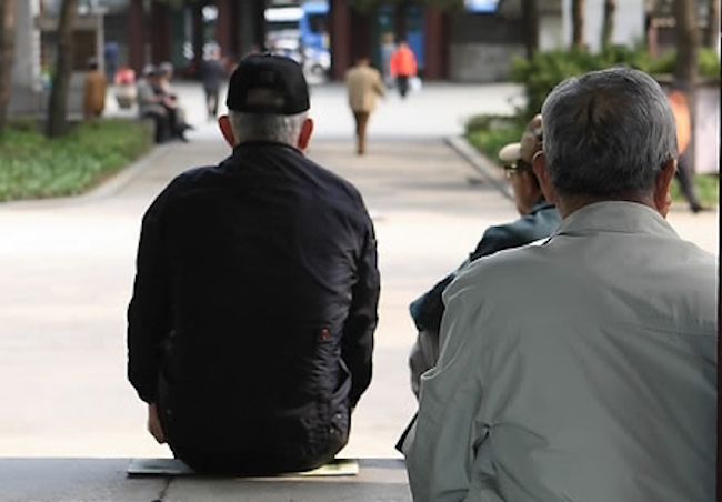 The minimum living expenses for retired elderly people was tallied at 1.77 million won (US$1,600) per month for each household, a survey showed Wednesday. (Image: Yonhap)