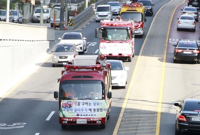 Drivers with the bad habit of refusing to give way to fire trucks will have to mend their ways, as one of the approved revisions has raised the maximum fine for such actions from the previous 200,000 won to 2 million won. (Image: Yonhap)