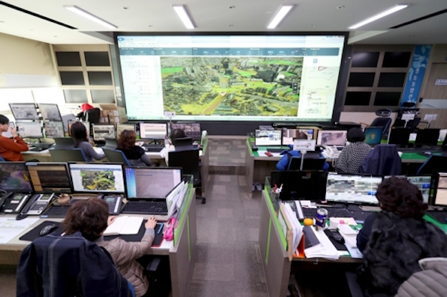 A municipal government in Seoul has installed an underground monitoring system that feeds data in real time to a command center, which will help city officials stay one step ahead of dangers like sinkholes. (Image: Seongdong District)
