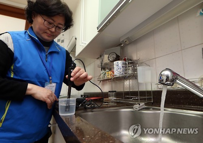 The near unanimous satisfaction that South Koreans feel about tap water has not translated into much actual consumption, with only 49.4 percent revealing that they drink from the tap on a regular basis. (Image: Yonhap)