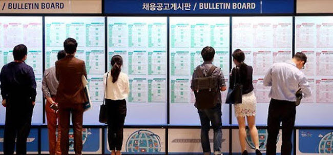 With 36.4 percent of all responses, employment was the most commonly given answer when asked about the biggest issue of concern. (Image: Yonhap)