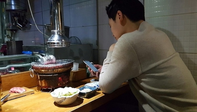 The frequency of dining out alone increased from 3.7 times per month last year to 4.1 this year. (Image: Yonhap)