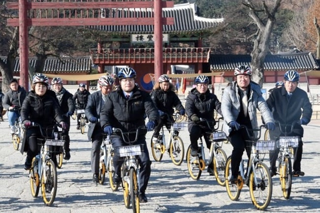 The Suwon city government and Singapore-based station-less bicycle-sharing system O-bike held a launch event on Monday to celebrate the beginning of an unmanned bike rental system that makes use of the latest technology including automatic unlocking and data analysis. (Image: Suwon City Government)