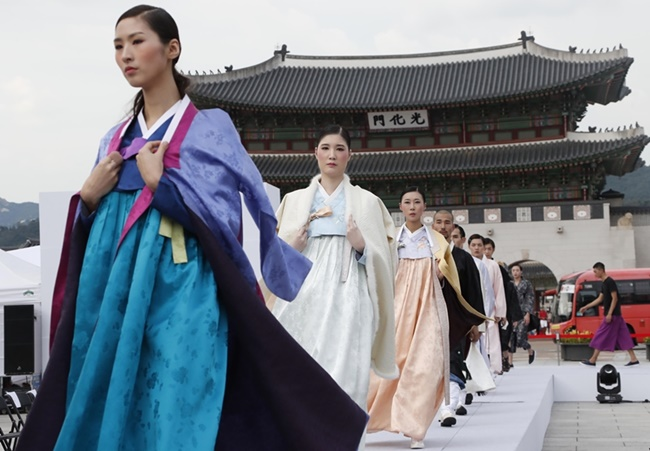 A hanbok expert says a growing number of young South Koreans are choosing to don traditional Korean attire, as many see it as a substitute for ready-made clothes, and the unique design presents a fun experience similar to cosplay. (Image: Yonhap)