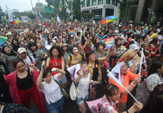 Around 4 in 10 students said they would continue a friendship with someone who didn't identify as straight, while nearly 13 percent said they would seek ways to help LGBT friends. (Image: Yonhap)
