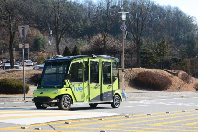 The autonomous shuttle service is a first for a university in South Korea, and the vehicles can accommodate six passengers while operating at a speed of 15 to 20 kilometers per hour. (Image: KNUT)