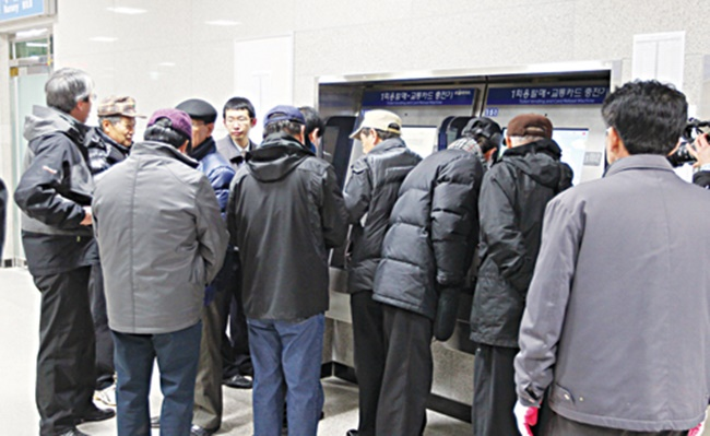The aging population of the country is exacerbating the financial situation of subway operators, particularly in Seoul where the average age reached 41.1 years last year, according to data from Seoul Statistics. (Image: Yonhap)