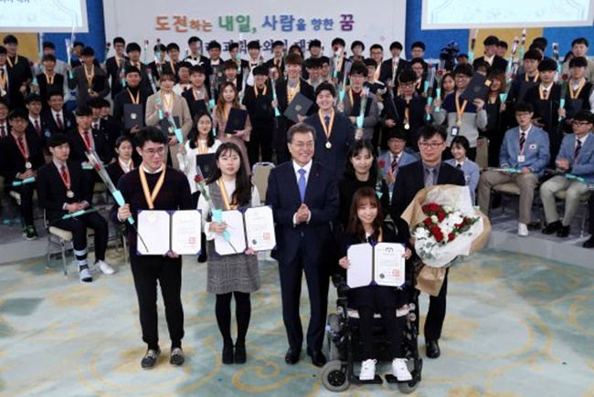 """The government will support with all its strength the path of science that you will walk,"" the president said in a meeting with some 200 students at his office Cheong Wa Dae. The participants included some 150 college students on a presidential science scholarship program. (Image: Cheong Wa Dae)"