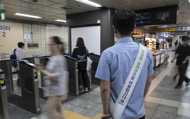 South Korea's decades-long free subway ride policy for elderly passengers is being met with calls for a higher age threshold, with local public transport operators seeking ways to offset the growing losses. (Image: Yonhap)