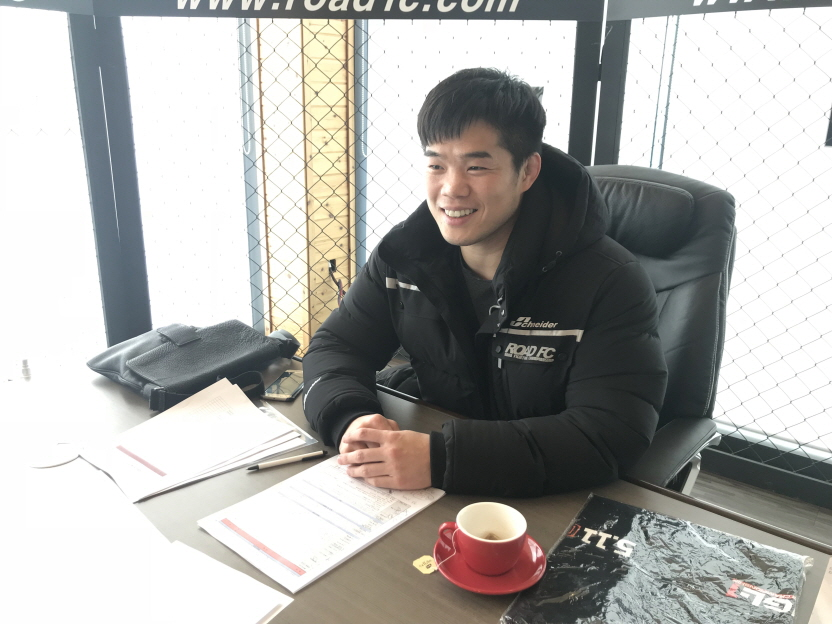 Kim Dae-hwan works at an office in Wonju, Gangwon Province, on Dec. 4, 2017. (image: Road FC)