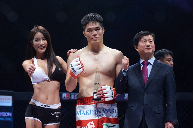 Kim Dae-hwan (C) poses for a photo after winning a bout at a Road FC 20 event in Seoul on Dec. 14, 2014. (image: Kim Dae-hwan)