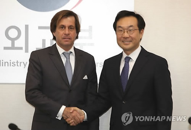 Lee Do-hoon (R), South Korea's special representative for Korean Peninsula peace and security affairs, shakes hands with his French counterpart Nicolas de Riviere at a meeting in Seoul on Dec. 5, 2017, to discuss their coordinated approach toward North Korea's nuclear problem. (Image: Yonhap)