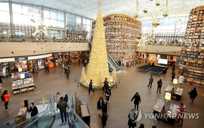 This photo taken on Nov. 30, 2017, shows a Christmas tree set up at a library run by South Korean retail giant Shinsegae at the Convention and Exhibition Center (COEX) in southern Seoul. (Image: Yonhap)