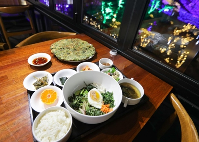 A set of rice mixed with organically grown edible greens (Image: Yonhap)