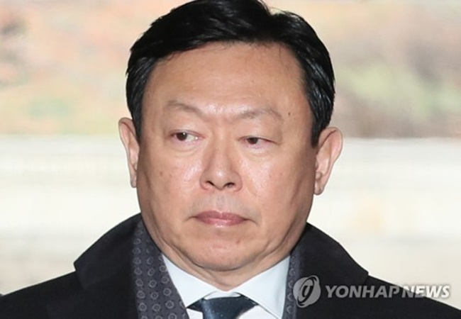 Lotte Group Chairman Shin Dong-bin is accused of giving 7 billion won (US$6.43 million) in bribes to a foundation run by ex-President Park Geun-hye's friend Choi Soon-il as he sought favors in winning a government license to run a duty-free business in Seoul. (Image: Yonhap)