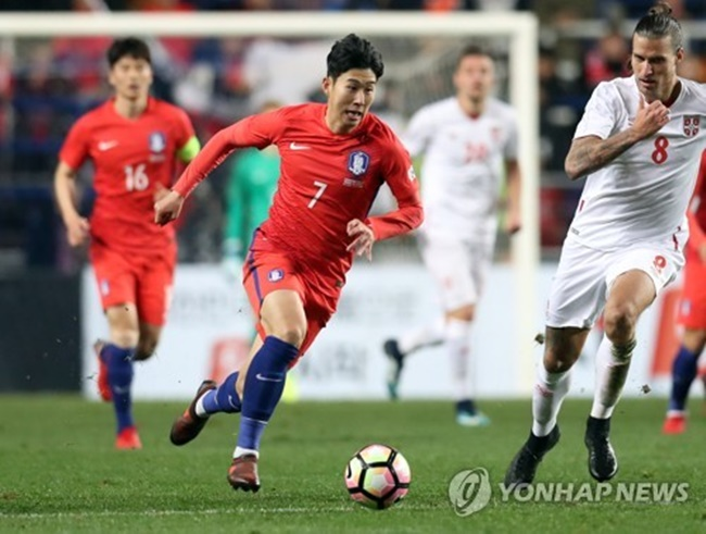Son earned the honor at the annual Korea Football Association (KFA) Awards. This is Son's third KFA Player of the Year accolade after 2013 and 2014. He is now tied with Swansea City midfielder Ki Sung-yueng for most top player awards. (Image: Yonhap)