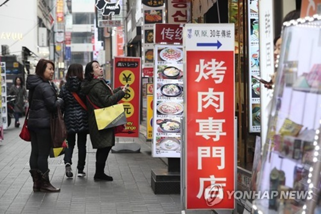 The tally of Chinese visitors came to 299,247 last month, according to the data by the Korea Tourism Organization. (Image: Yonhap)