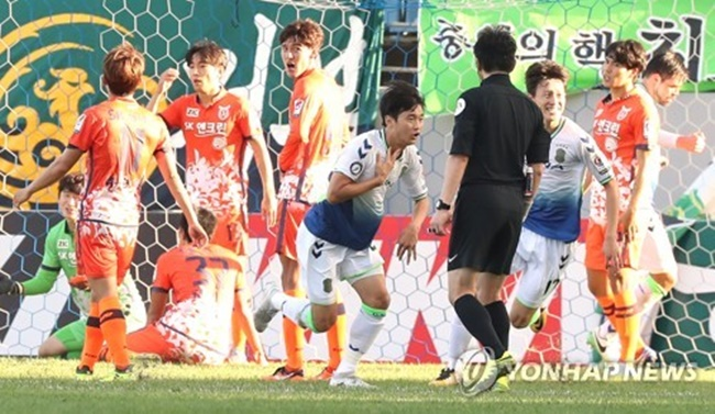 In this file photo taken on Oct. 8, 2017, Jeonnbuk Hyundai Motors' Kim Jin-su (C) celebrates after he scored a goal against Jeju United in the K League Classic match at Jeju World Cup Stadium on Jeju Island. (Image: Yonhap)