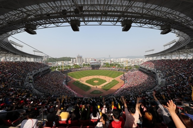 The Gwangju District Court delivered the verdict on Thursday, after hearing the case brought by 655 residents of a building block near Gwangju-Kia Champions Field, on the grounds that noise and light levels were not excessive. (Image: Yonhap)