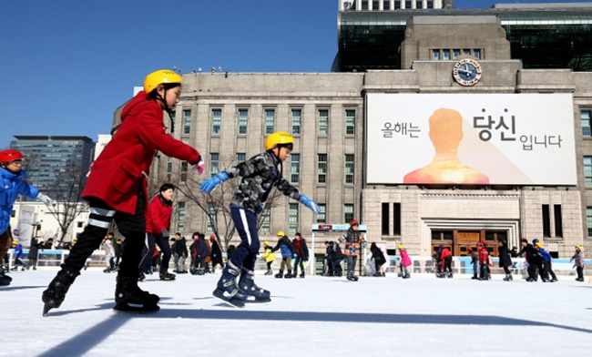 The landmark skating rink is back for the 13th time after first opening in 2004, and will occupy 5,176 square meters of land at the heart of Seoul to give people a chance to make the best of the winter season. (Image: Yonhap)