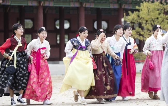According to Joo Do-gyeong, who studied anthropology at Seoul National University, the unique colors and eye-catching designs, as well as the inherent comfort, are behind the growing number of young South Koreans sporting hanbok around historical spots such as Gyeongbokgung Palace and Jeonju Hanok Village in recent years. (Image: Kobiz Media)